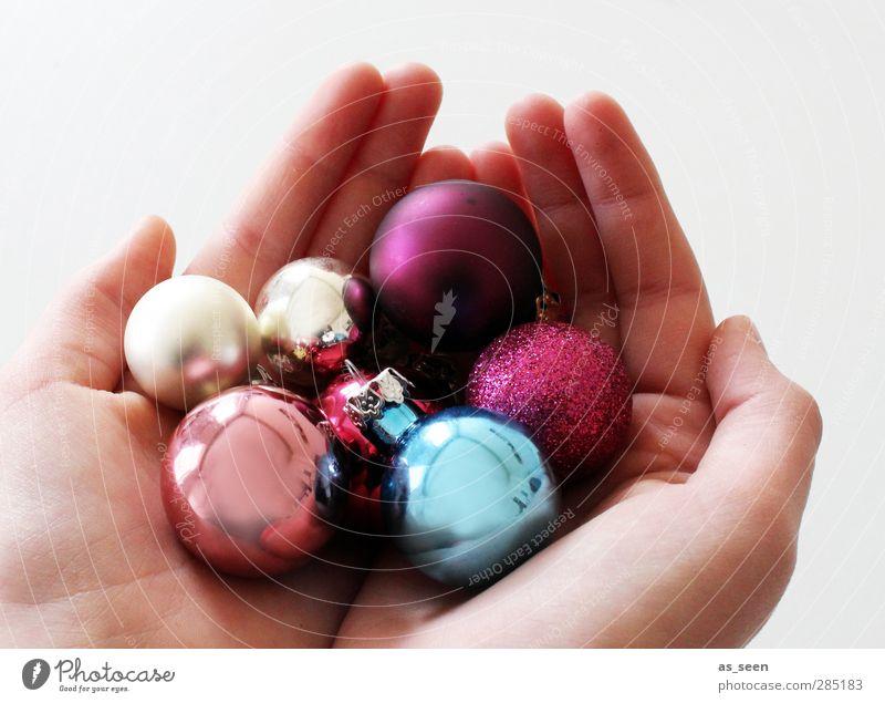 Ich schenk Dir Weihnachten Hand Finger 1 Mensch 8-13 Jahre Kind Kindheit Dekoration & Verzierung Glas Kugel Feste & Feiern glänzend leuchten ästhetisch Glück