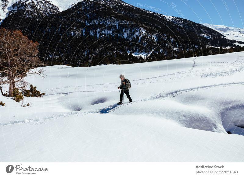 Ein Mann, der durch den Schnee geht. wandern laufen Trekking weiß Winter Schneeschuhe Natur Lifestyle Berge u. Gebirge Aktion kalt Himmel Klettern 2 Rucksack