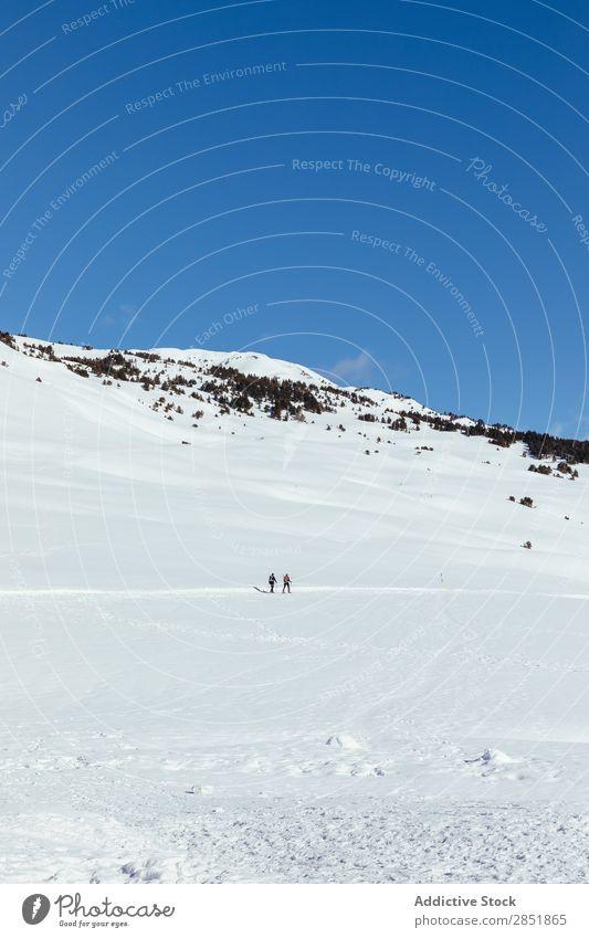 Menschen, die durch den Schnee gehen. Berge u. Gebirge Winter Schneeschuhe Natur Skigebiet weiß Wanderer Landschaft Abenteuer Mann Frau Sport wandern Himmel