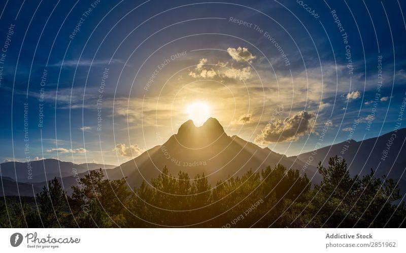 Sonnenuntergang mit der Sonne zwischen zwei Bergen Berge u. Gebirge Morgendämmerung Spanien Landschaft Katalonien pedraforca Natur Hintergrundbild Himmel Wolken