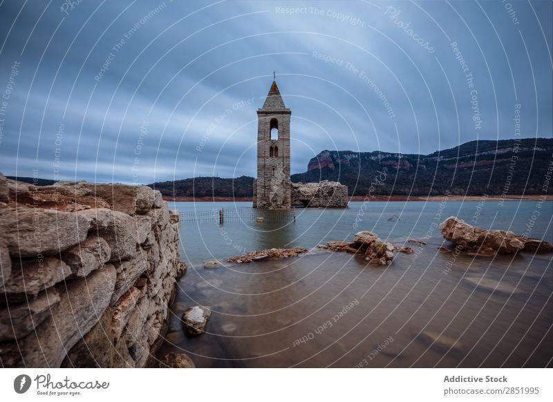 Glockenturm in einem See versunken Wasser Turm Kirche Ferien & Urlaub & Reisen Architektur Wahrzeichen Himmel alt untergetaucht Berge u. Gebirge Landschaft