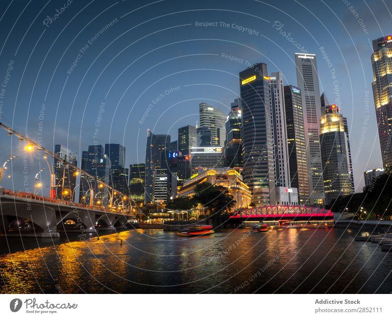 Moderne Stadt mit großen Wolkenkratzern Großstadt Nacht Illumination Skyline Abenddämmerung Kanal Wasser Architektur Gebäude Aussicht Ferien & Urlaub & Reisen