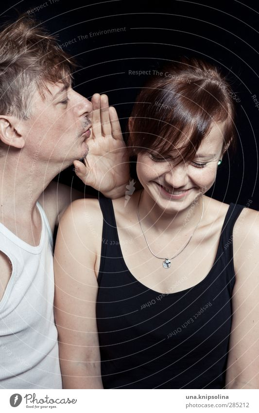 una.hört! Frau Erwachsene Mann Paar Partner 2 Mensch 18-30 Jahre Jugendliche 30-45 Jahre Top Unterhemd brünett blond Lächeln Liebe frisch lustig natürlich