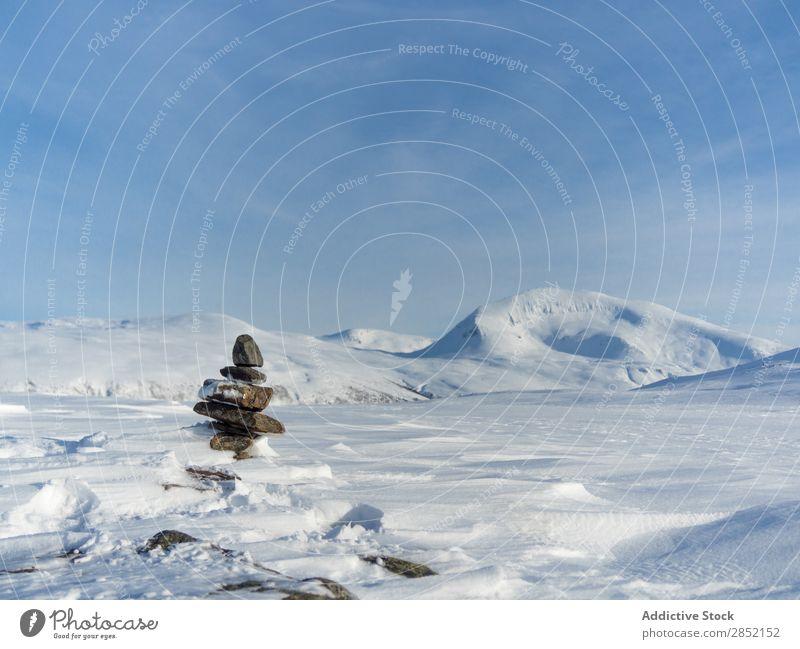 Gestapelte Steine im Winter Stapel Turm Hügel Schnee Natur Zen Erholung Landschaft kalt Eis blau Frost weiß schön frisch Wetter Berge u. Gebirge ruhig Tag