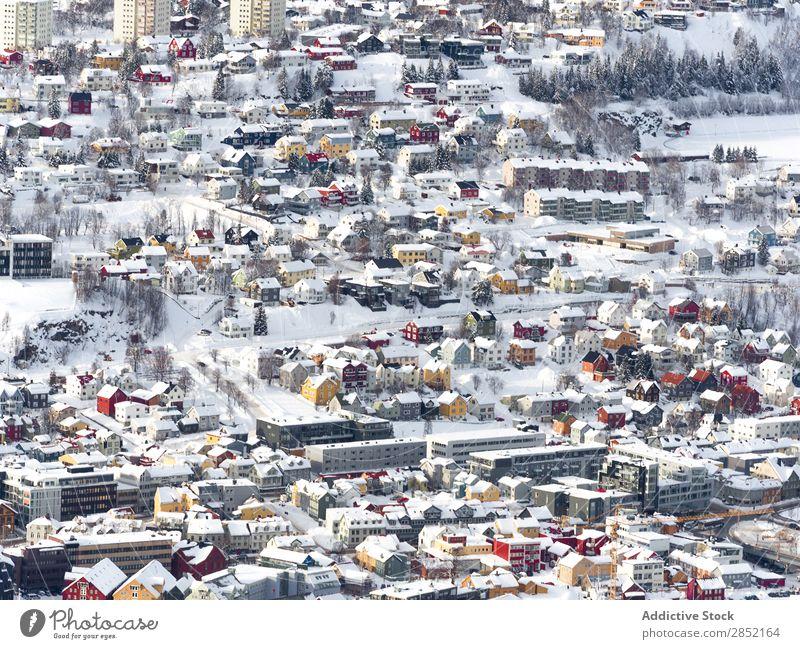 Bunte Häuser in der Winterstadt Küste See Stein Berge u. Gebirge Großstadt Brücke Schnee kalt Frost Wasser Landschaft schön Strand Natur
