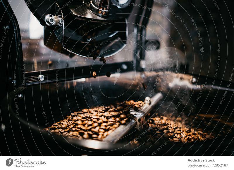 Kaffeemühle aus nächster Nähe knirschen Schleifmaschine Bohnen Espresso Nahaufnahme braun gebraten Café trinken Frühstück Koffein kaufen aromatisch dunkel Pause