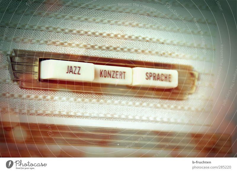 Konzertbox Musik hören Radio Radiogerät Duft retro braun Geborgenheit Nostalgie träumen Vergangenheit Zeit Taste Jazz Sprache alt Farbfoto Innenaufnahme