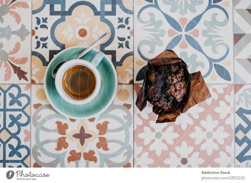 Muffin- und Espressotasse Kaffee geschmackvoll Tasse Dessert braun trinken heiß süß Café Lebensmittel Mokka Koffein Becher Frühstück Schaum Getränk Tisch Bohnen