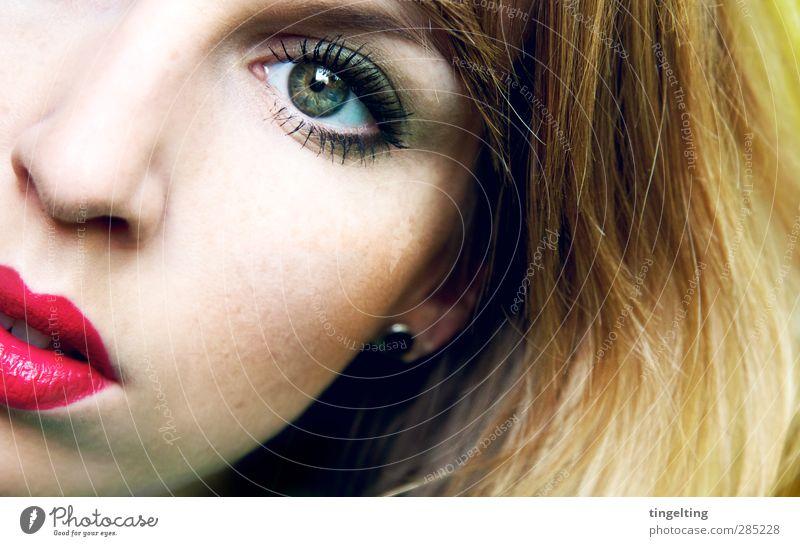 pink cream Jugendliche grün schön Gesicht Auge Junge Frau feminin Haare & Frisuren rosa glänzend Haut Mund Beautyfotografie berühren Lippen nah