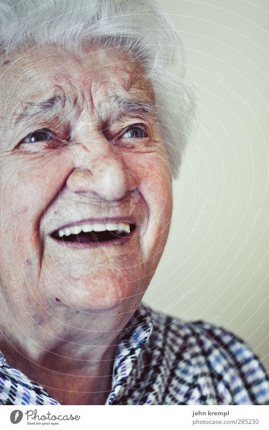 Die Hundertjährige Mensch Weiblicher Senior Frau Großeltern Großmutter Gesicht 1 60 und älter weißhaarig Locken alt lachen Glück Lebensfreude Optimismus