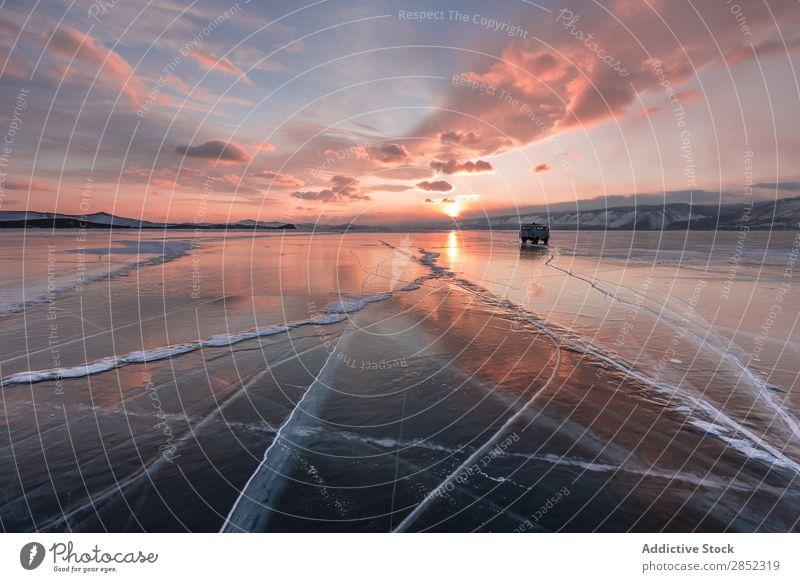 Baikalsee, Sibirien See Eis Winter gefroren Lastwagen PKW Expedition Abenteuer Ferien & Urlaub & Reisen Landschaft Russland Arktis blau kalt Himmel Natur Schnee