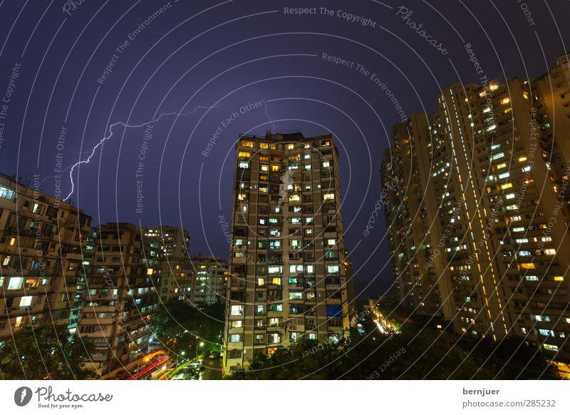 gordon the flash Stadt bevölkert Hochhaus Architektur blau schwarz Sicherheit Blitze Gewitter Bombay Indien Unwetter Einschlag Beleuchtung Wohnung Nacht