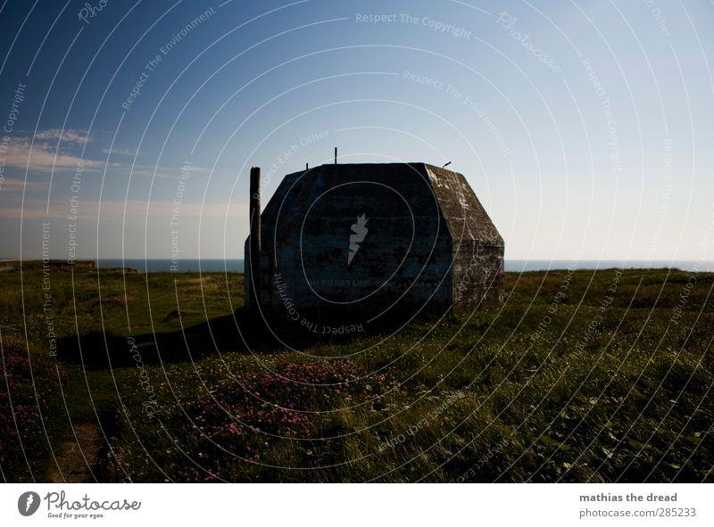 BUNKER Umwelt Natur Landschaft Luft Wasser Himmel Wolken Horizont Gras Wiese Küste alt außergewöhnlich bedrohlich dunkel eckig kalt Krieg Bunker Turm