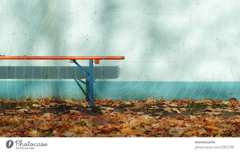 ende im strandbad.... Umwelt Natur Herbst Schönes Wetter Blatt Mauer Wand Bank Bierbank Beton Holz Metall natürlich blau braun Farbe Klima Farbfoto mehrfarbig