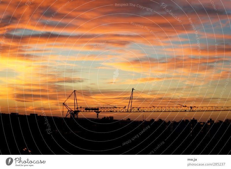 Kran im Abendlicht (Am Fenster 4) Kranausleger Himmel Wolken Sonnenaufgang Sonnenuntergang blau mehrfarbig gelb gold orange rot schwarz Farbfoto Außenaufnahme