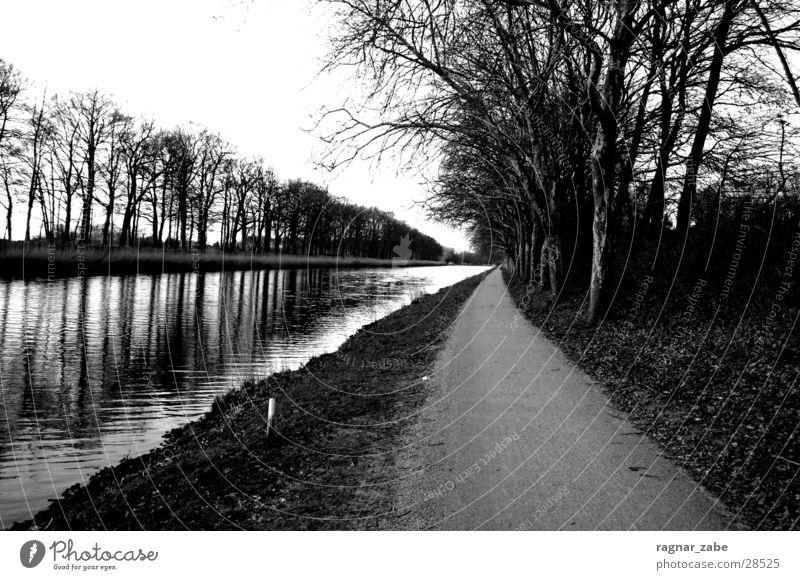 no sleep till brooklyn ! weiß schwarz Traurigkeit Wege & Pfade Trauer Abwasserkanal