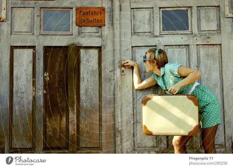 aufmachen... Mensch Jugendliche schön Erwachsene Junge Frau feminin Stil Mode 18-30 Jahre außergewöhnlich Tür warten Ausflug Bekleidung retro berühren