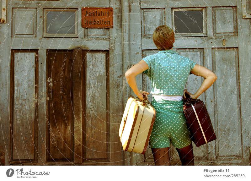 ...ey ich will doch da rein!... Mensch Jugendliche schön Einsamkeit Erwachsene Junge Frau feminin Gefühle Stil Denken Mode 18-30 Jahre Körper Tür warten stehen