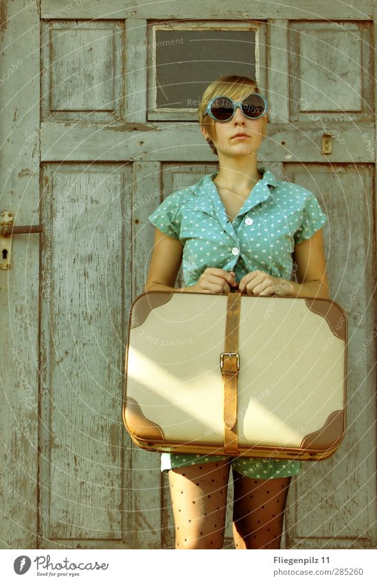 ...dann warte, warte, warte. Lifestyle Stil Ausflug feminin Junge Frau Jugendliche 1 Mensch 18-30 Jahre Erwachsene Tür Mode Bekleidung Strumpfhose Koffer
