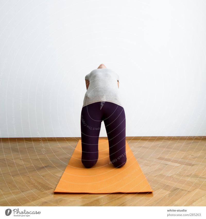Die eigene Mitte finden ... Frau Erholung Wohnung Fitness Zeichen Brücke Körperhaltung sportlich Sport-Training anstrengen Yoga Altbau Turnen Erkenntnis üben Wellness