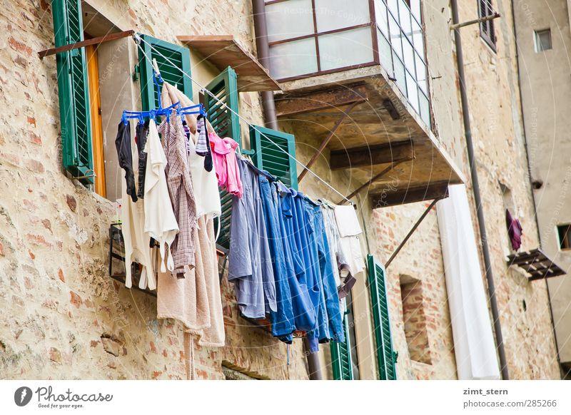 Waschtag blau grün weiß Haus Fenster Wand Mauer Stein braun Arbeit & Erwerbstätigkeit natürlich rosa Wohnung authentisch Häusliches Leben T-Shirt