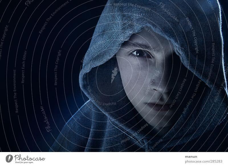 Ezio Mensch Jugendliche ruhig Gesicht dunkel kalt Gefühle Junger Mann Traurigkeit Denken maskulin authentisch warten Coolness beobachten bedrohlich