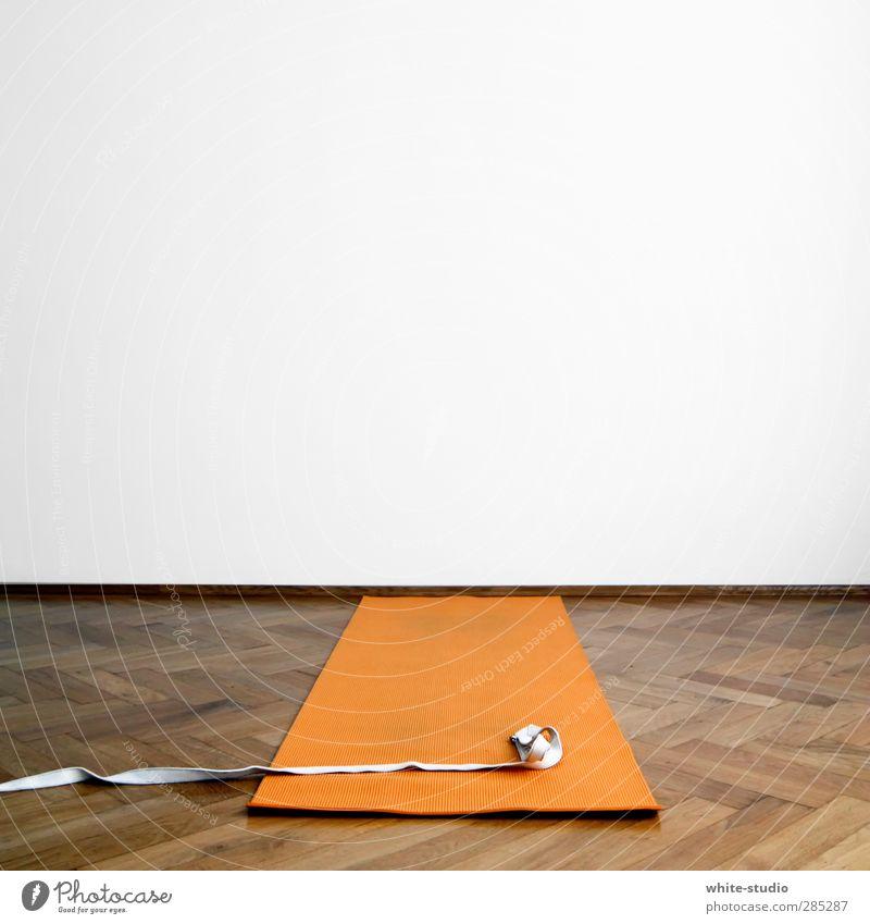 Üb ein bisschen Yoga mit mir! weiß ruhig Wand Sport Denken orange Schnur Körperhaltung Fitness Textfreiraum Sport-Training beweglich Rolle Turnen Parkett