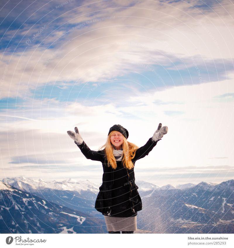 Frau Holle in Aktion Mensch Natur Jugendliche Freude Landschaft Winter Erwachsene Umwelt Junge Frau Berge u. Gebirge Leben feminin Schnee Glück 18-30 Jahre
