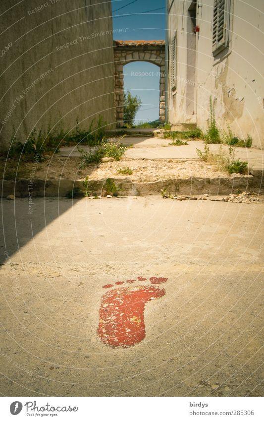 Bigfoot Stadt alt Wand Wege & Pfade Mauer außergewöhnlich Tür authentisch groß Zeichen Fußweg Wandel & Veränderung Ziel trocken Dorf Verfall