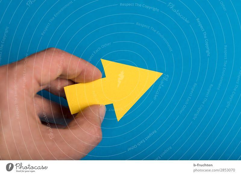 Richtung Zukunft Büro Wirtschaft Business Karriere Erfolg Arbeitslosigkeit Hand Finger Papier Zeichen Pfeil wählen Bewegung festhalten gehen Kommunizieren blau