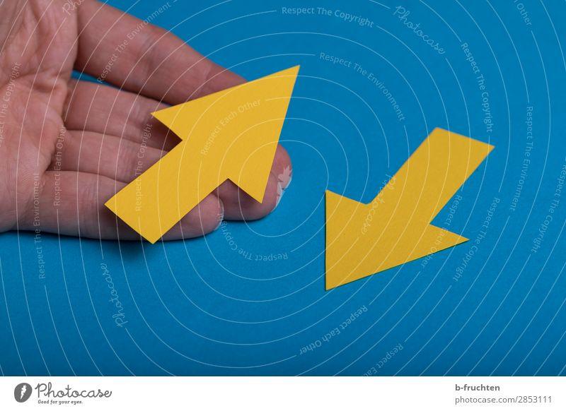 Richtungswechsel Hand Finger Papier Zeichen Hinweisschild Warnschild Pfeil wählen festhalten gehen Kommunizieren blau gelb Beginn Zufriedenheit Business Ziel