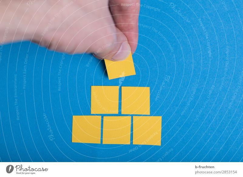 Pyramide bauen lernen Baustelle Business Karriere Hand Finger Papier Zeichen wählen gebrauchen festhalten einfach Erfolg blau gelb Qualität Baustein Stapel