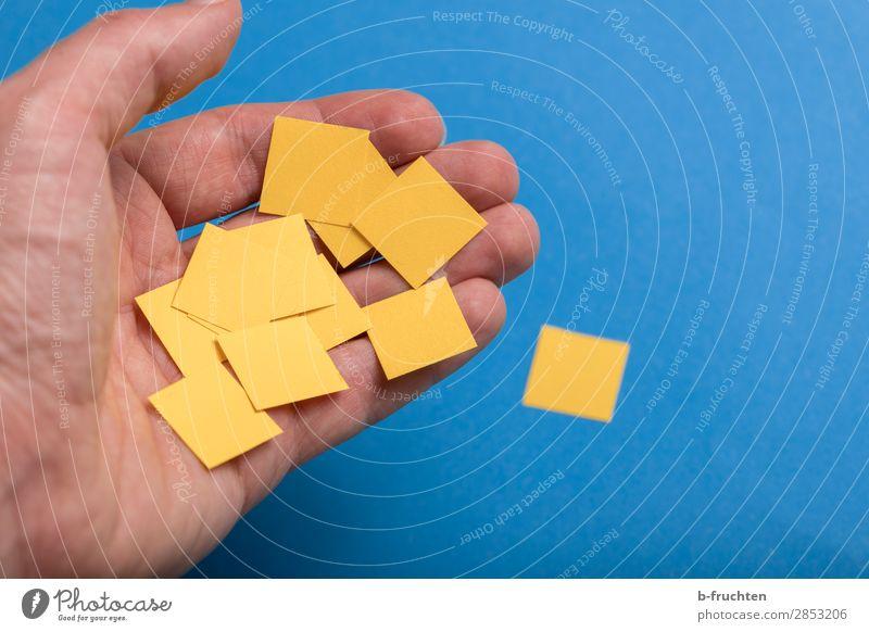 Quadrate aus Papier Bildung Büroarbeit Business Erfolg Team Hand Finger Zeichen Arbeit & Erwerbstätigkeit wählen gebrauchen festhalten einfach Zusammensein blau