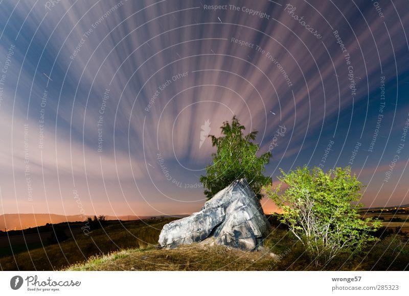 Inmitten der Nacht Himmel Natur blau grün Sommer Baum Landschaft Wolken Berge u. Gebirge Gras Felsen Horizont braun Luft Sträucher Stern