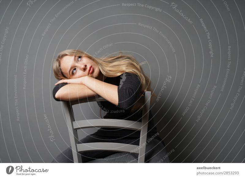 gelangweilte junge Frau starrt an die Decke Lifestyle Mensch feminin Junge Frau Jugendliche Erwachsene 1 13-18 Jahre 18-30 Jahre Jeanshose Pullover blond