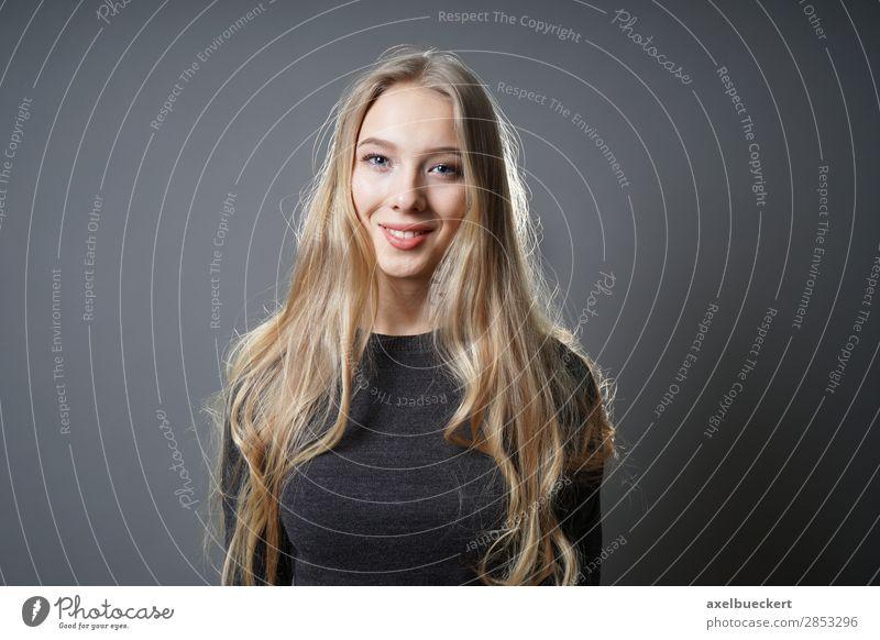 glückliche Blondine Mensch feminin Junge Frau Jugendliche Erwachsene 1 13-18 Jahre 18-30 Jahre Pullover Haare & Frisuren blond langhaarig Lächeln lachen schön