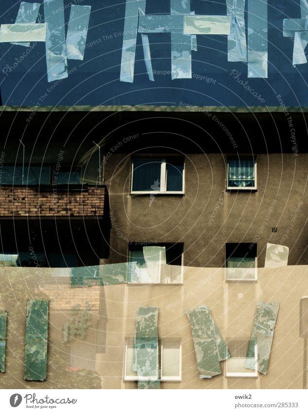 Sanierungsgebiet Haus Wolkenloser Himmel Gebäude Mauer Wand Fassade Balkon Fenster Stein Glas Backstein hoch trashig Stadt Schaufenster Klebestreifen Spuren
