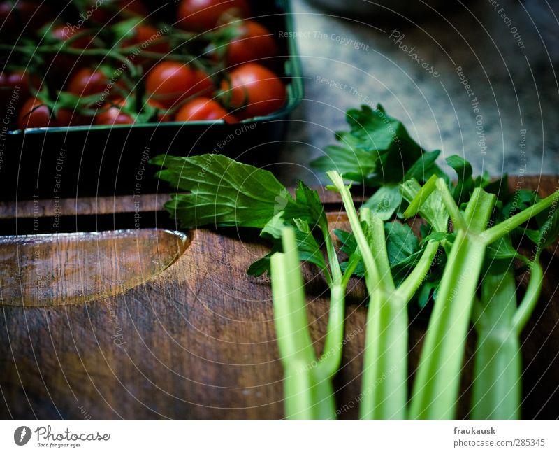 Suppengrün Lebensmittel Gemüse Ernährung Mittagessen Bioprodukte Vegetarische Ernährung frisch Gesundheit Sellerie Tomate Schneidebrett Holzbrett mehrfarbig