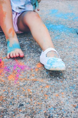 Kleines Mädchen schmutzig von Farbe Lifestyle Stil Freude Glück Leben Spielen Kindererziehung Bildung Kindergarten Schule Mensch Kleinkind Frau Erwachsene