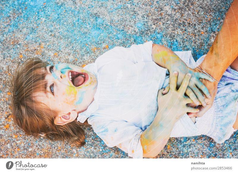 Kleines Mädchen schmutzig von Farbe Lifestyle Stil Freude Glück Leben Spielen Kindererziehung Kindergarten Schule Mensch feminin Kleinkind