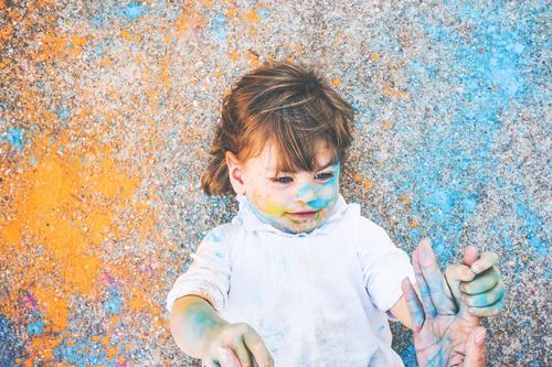 Kleines Mädchen schmutzig von Farbe Lifestyle Stil Freude Leben Freizeit & Hobby Spielen Kinderspiel Kindererziehung Kindergarten Schule Mensch feminin