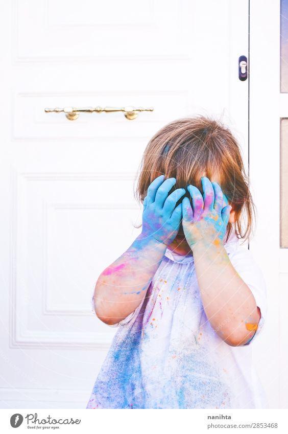 Kind Mensch blau Farbe weiß Freude Mädchen Lifestyle Leben lustig feminin Gefühle Glück Stil Kunst Spielen