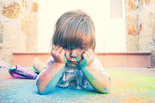 Kleines Mädchen schmutzig von Farbe Lifestyle Stil Leben Freizeit & Hobby Spielen Kindererziehung Bildung Kindergarten Schule Mensch feminin Kleinkind
