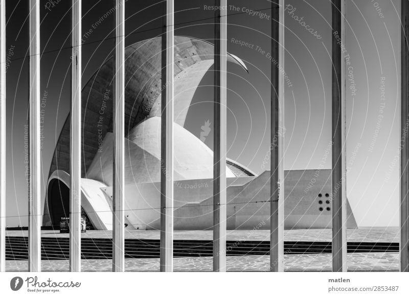 Auditorium Stadt Menschenleer Bauwerk Architektur Mauer Wand Treppe Fassade Terrasse Fenster Tür Dach Wahrzeichen eckig gigantisch modern Hörsaal Fahnenmast