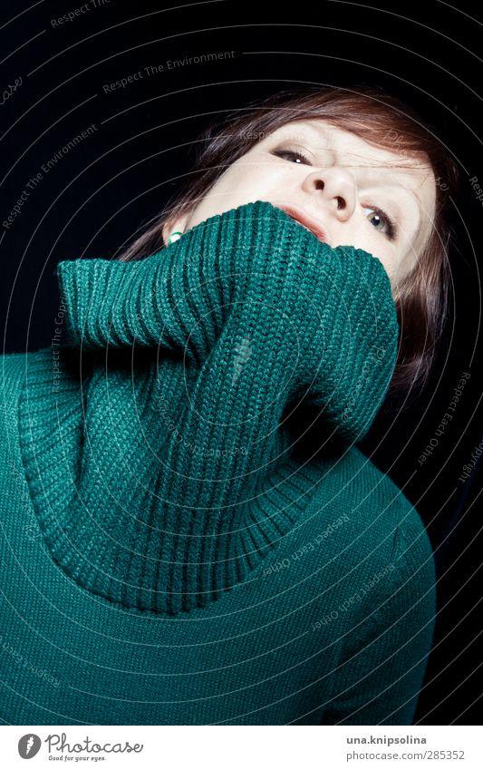 wollschwein feminin Frau Erwachsene 1 Mensch 18-30 Jahre Jugendliche Pullover Strickpullover Wolle Kragen brünett Pony Zopf Aggression bedrohlich frech lustig