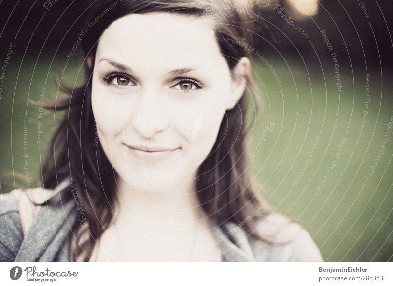 green.green.green. Mensch Frau Jugendliche Sonne Erwachsene Gesicht Auge Junge Frau Wiese Leben feminin lachen Garten 18-30 Jahre Gesundheit träumen