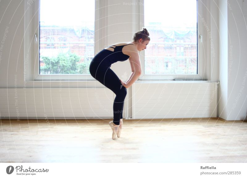 be patient. feminin Junge Frau Jugendliche Körper Arme Gesäß Beine 18-30 Jahre Erwachsene Mauer Wand Fenster Boden Bodenbelag Parkett Heizung Strumpfhose Trikot
