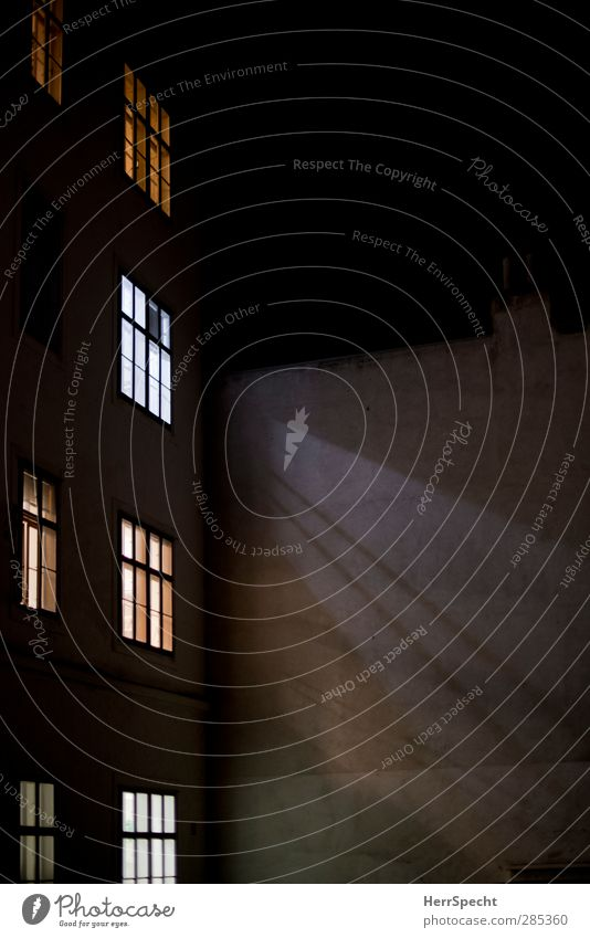 Leben im Hof Stadt Altstadt Haus Bauwerk Gebäude Architektur Mauer Wand Fenster leuchten gelb grau schwarz türkis weiß Hinterhof Fensterscheibe Fensterkreuz