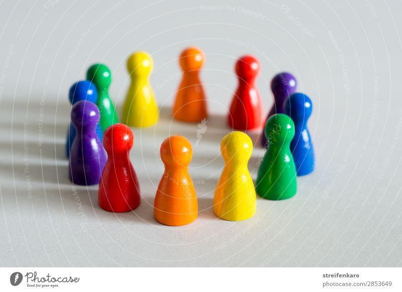 Spielfiguren in Regenbogefarben bilden einen Kreis Menschengruppe Spielzeug Holz Kommunizieren stehen ästhetisch frei Fröhlichkeit natürlich positiv rund blau