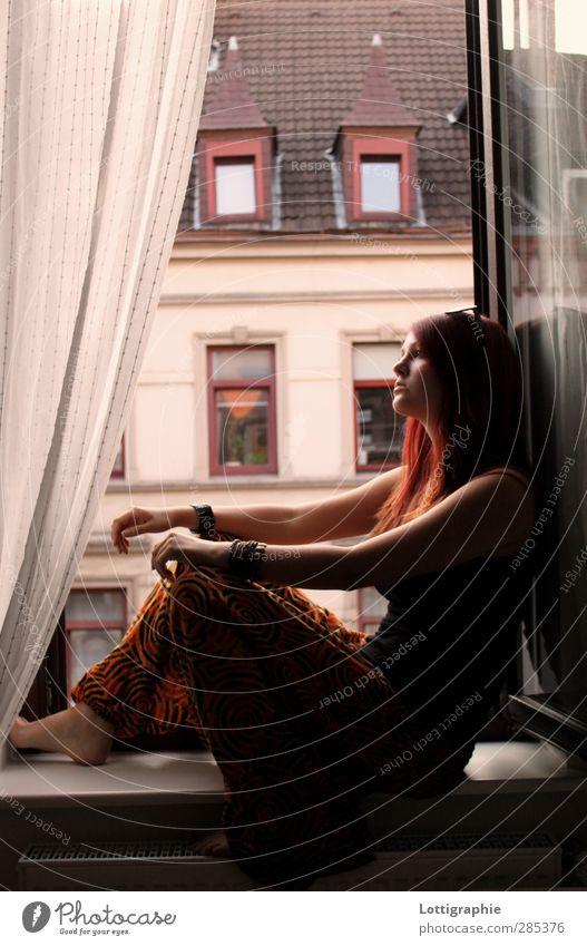 just breathe Mensch Kind Jugendliche schön Erholung Fenster Junge Frau feminin Denken warten Lifestyle 13-18 Jahre einzigartig Sehnsucht Jugendkultur Hose